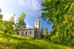 Gammal kristen kyrka och kyrkogård i trät Royaltyfria Bilder