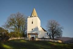 Gammal kristen kyrka på kullen i morgonen arkivbild