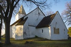 Gammal kristen kyrka på kullen i morgonen royaltyfri foto