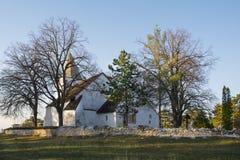 Gammal kristen kyrka på kullen i morgonen royaltyfri bild