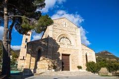 Gammal kristen romanesquekyrka i Italien royaltyfri bild