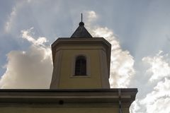 Gammal kristen tempel, kyrka i den lokala byn med mörk clou royaltyfria foton