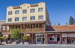 Gammal krog i den huvudsakliga gatan Truckee, Kalifornien Arkivbilder