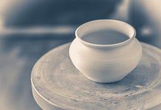 Gammal kruka för tappningfotolera på ett hjul för keramiker` s Royaltyfria Bilder