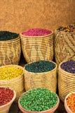 Gammal kryddamarknad medina marrakech Korgar med den olika sorten av kryddor Färgrika matingredienser Korgar med örtar Royaltyfria Bilder