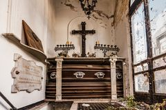 Gammal krypta i kyrkogården med gravarna bakgrund halloween Royaltyfria Foton