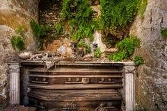 Gammal krypta i kyrkogården med gravarna bakgrund halloween Royaltyfri Foto