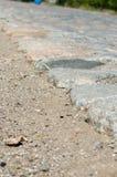 Gammal kullerstenväg som stenläggas med stenar Royaltyfria Bilder