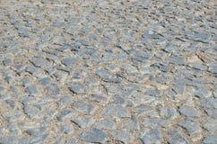 Gammal kullerstenväg som stenläggas med stenar Arkivbild