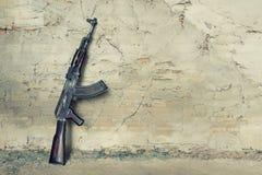 Gammal kulsprutepistolkalashnikov AK-47 Arkivbild