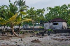 Gammal kuslig gravplats med kryptan och gravar på den tropiska lokala ön Fenfushi Royaltyfria Bilder