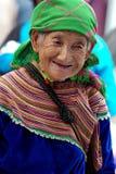 Gammal kvinna av blommaH'mong de infödda kvinnorna, bac-mummel, Vietnam Arkivbilder