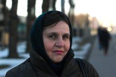 Gammal kvinna bara i en halsdukstående Fotografering för Bildbyråer