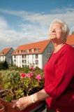 gammal kvinna för balkong Royaltyfri Bild