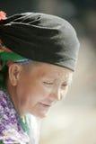 Gammal kvinna för etnisk minoritet som ler, på den gamla Dong Van marknaden Royaltyfri Bild