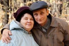 gammal kvinna för höstlig skogman Arkivfoton