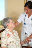 gammal kvinna för home sjuksköterska Royaltyfri Fotografi