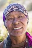 Gammal kvinna för stående i Himalayan by, Nepal Arkivbilder