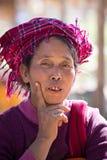 Gammal kvinna för stående på hennes leendeframsida inlelake myanmar Royaltyfri Bild