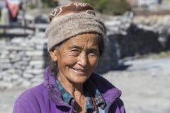 Gammal kvinna för stående i Himalayan by, Nepal Royaltyfria Foton