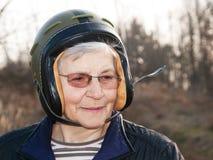 Gammal kvinna i hjälm Fotografering för Bildbyråer