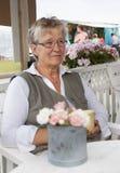 Gammal kvinna i kafé Arkivbild