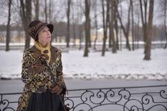 Gammal kvinna i gammal kläder arkivbild
