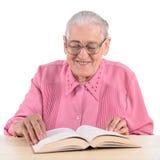 Gammal kvinna med boken Royaltyfri Bild