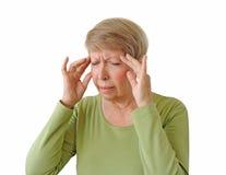 Gammal kvinna med en huvudvärk Arkivfoton