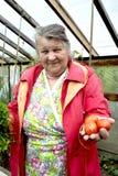 Gammal kvinna med grönsaker Arkivfoto