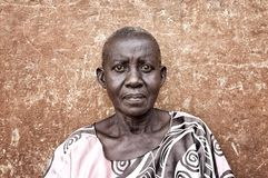 Gammal kvinna n?ra Jinja i Uganda royaltyfri fotografi