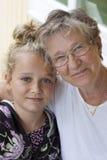 Gammal kvinna och barn Arkivfoto