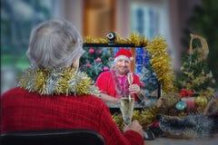 Gammal kvinna och faktiskt Santa Claus drinkmousserande vin Arkivfoton