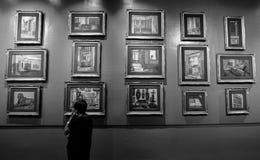 Gammal kvinna och gamla målningar royaltyfri bild