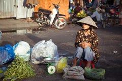 Gammal kvinna på marknaden, Vietnam arkivfoton