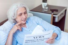 Gammal kvinna på sjukhussalen Arkivfoto