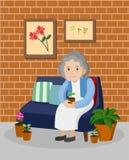 Gammal kvinna på soffan i vardagsrum Arkivbilder