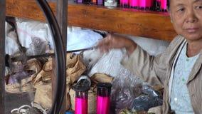 Gammal kvinna som arbetar på textilfabriken i Myanmar stock video