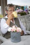 Gammal kvinna som dricker kaffe Royaltyfri Bild