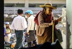 Gammal kvinna som kommer till pagoden arkivfoto