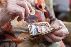 Gammal kvinna som räknar hennes pengar Royaltyfri Bild