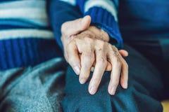 Gammal kvinna som rymmer en hand för gamal man` s Arkivbild