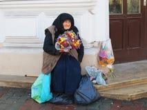 Gammal kvinna som säljer blommor, Cluj Napoca Royaltyfri Bild