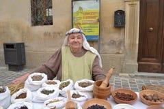 Gammal kvinna som säljer kryddor Arkivbild