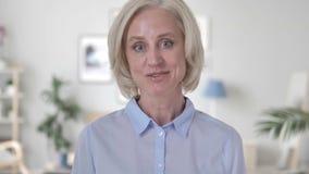 Gammal kvinna som talar för video pratstund stock video