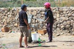 Gammal kvinna som tar vatten från en Tubewell Fotografering för Bildbyråer
