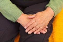 Gammal kvinnas hand Arkivbild