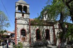 Gammal kyrka för naturstenmurverk i byn av Palaios Pantel Arkivfoto
