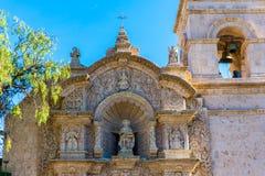 Gammal kyrka i Arequipa, Peru, Sydamerika. Arequipas Plaza de Armas är en av mest härlig i Peru. arkivfoto
