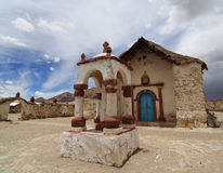 Gammal kyrka i den Andean byn Parinacota Fotografering för Bildbyråer